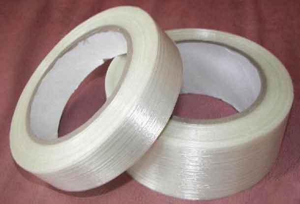 两卷宽度不一样的纤维条纹胶带