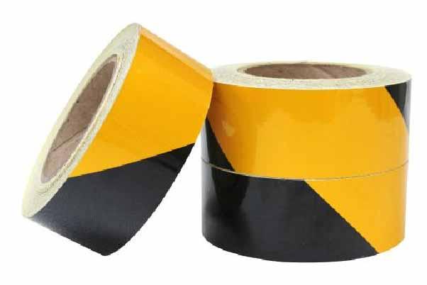 三卷常用的黑黄相间的警示胶带